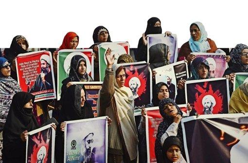 Die Welle der Wut rollt weiter über die arabische Welt: Schiitische Musliminnen aus Pakistan demonstrieren in Lahore gegen die Exekution des Geistlichen Nimr al-Nimr in Riad. Foto: AFP