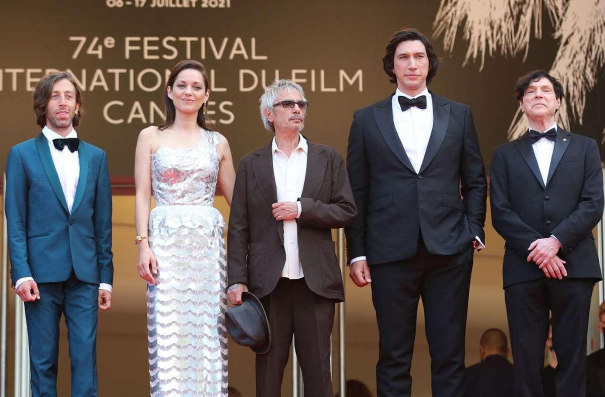 Von links: US-Schauspieler Simon Helberg, die französische Schauspielerin Marion Cotillard, der französische Regisseur Leos Carax, US-Schauspieler Adam Driver and US-Komponist Russell Mael bei der Eröffnung des Festivals in Cannes. Foto: AFP/VALERY HACHE