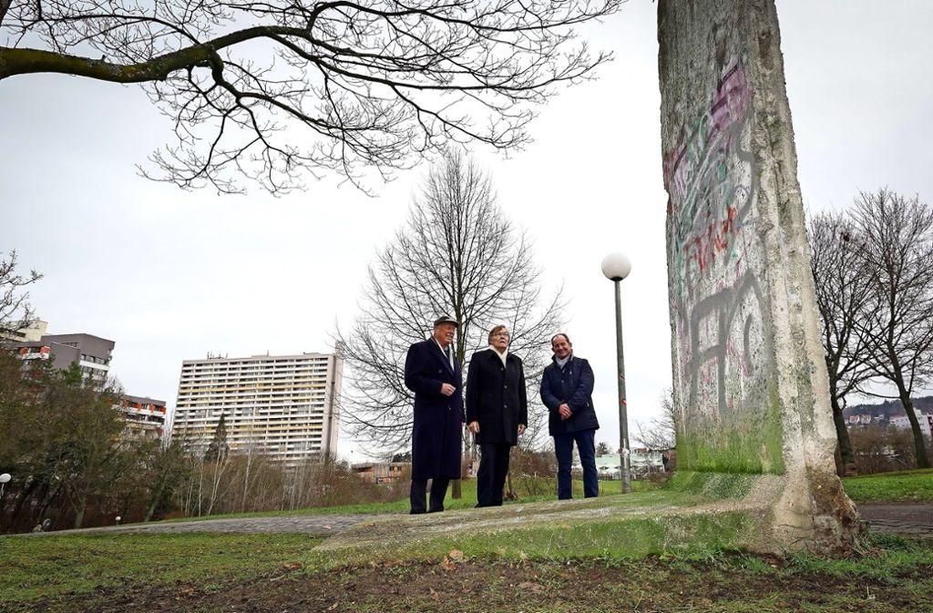 Jochen Kitzig, Wieland Storek und Rolf Eiss (von links) vom Lions Club Solitude vor dem Stück Berliner Mauer im Leonberger Stadtpark. Foto: factum/Jürgen Bach