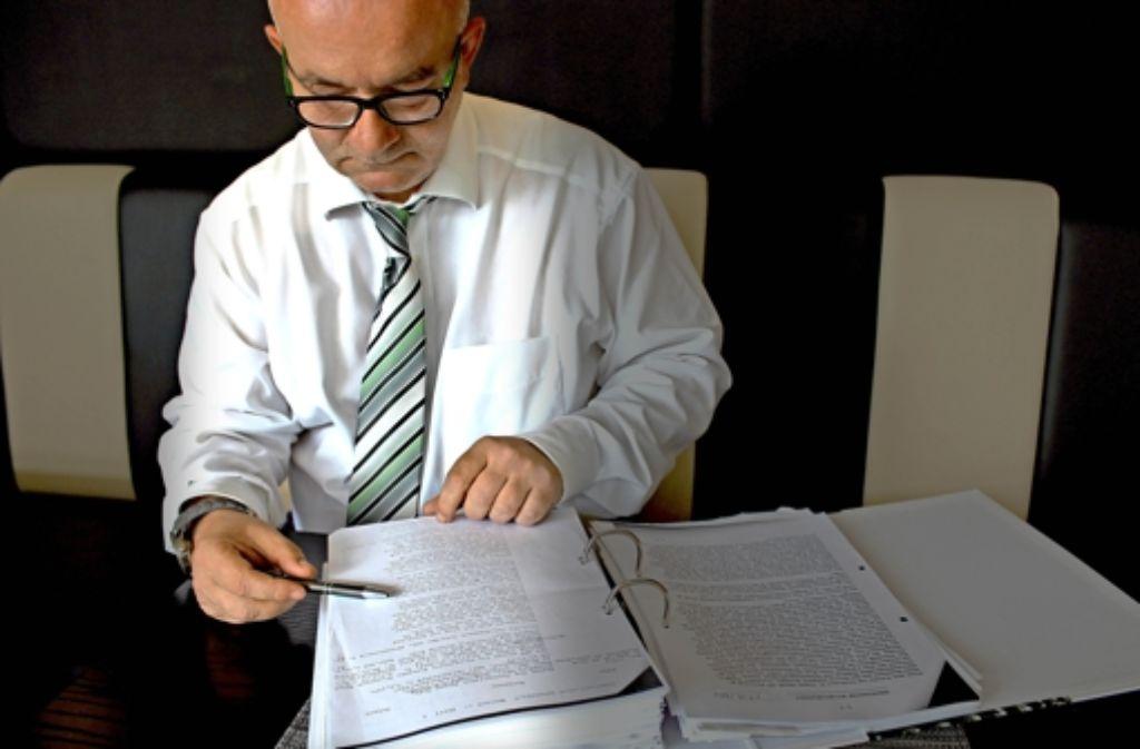 Detlev Zander hat zahlreiche Unterlagen über seine Zeit im Heim gesammelt. Foto: Schweizer
