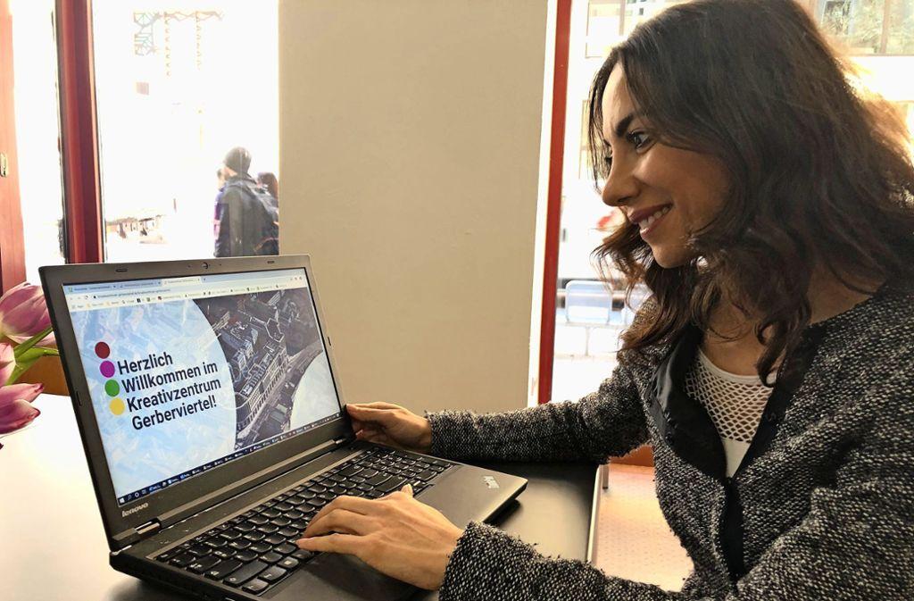 Die  Quartiersmanagerin Silvia Korkmaz arbeitet  an der Homepage Foto: Martin Haar