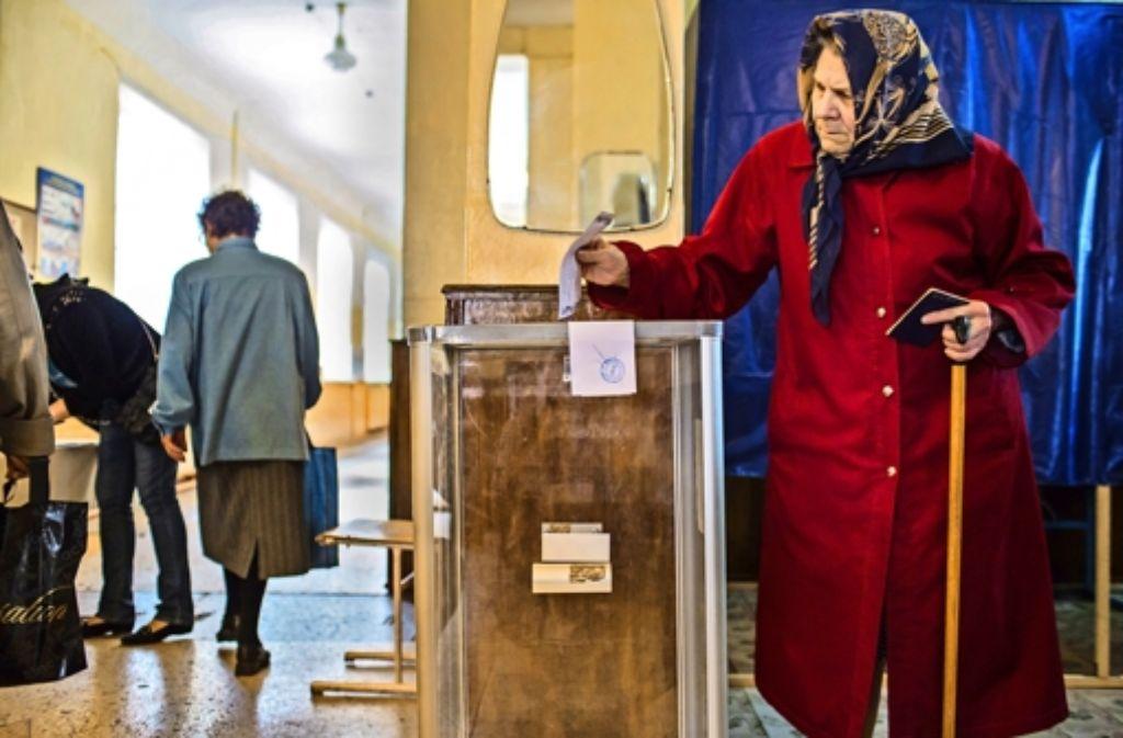 Kritikwürdige Ausstattung:    die Wahlurne in Donezk ist  durchsichtig. Foto: Getty