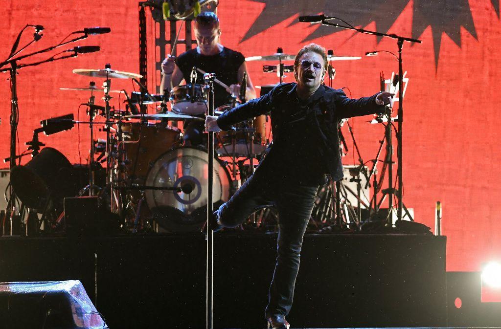 Der Sänger Bono (vorne) erweist sich wieder mal als Moralist, der Schlagzeuger Larry Mullen jr. liefert ihm den Takt dazu. Foto: dpa