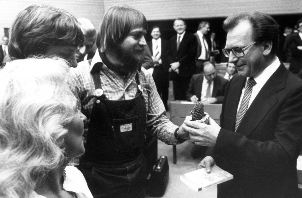 In Baden-Württemberg erhielt Ministerpräsident Lothar Späth am 4. Juni 1980 von den Landtags-Grünen für seine Wiederwahl von Elisabeth Mordo, Wolf-Dieter Hasenclever und Holger Heimann (von links). Die Latzhose von Heimann ist heute im Haus der Geschichte. Foto: dpa