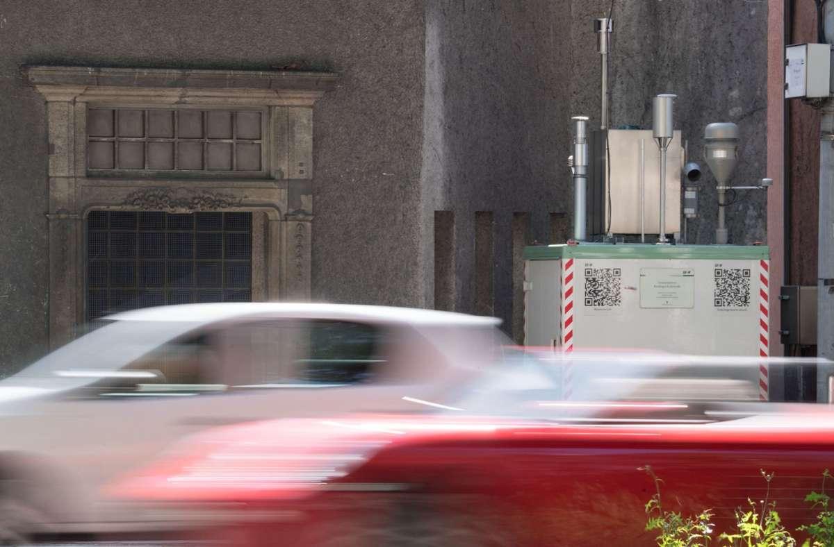 Autofahrer müssen dort einen Bogen um die Messstation fahren und kurz danach wird die Strecke wieder zweispurig. (Symbolbild) Foto: dpa/Marijan Murat