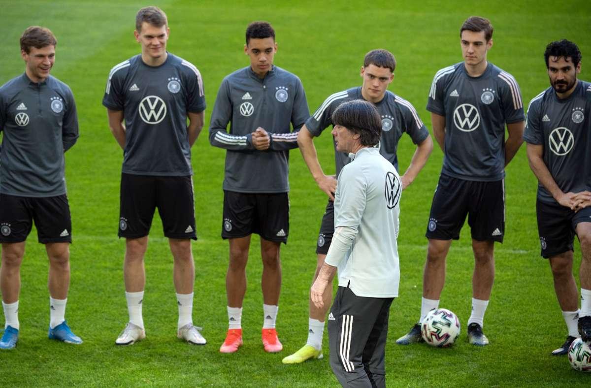 Bundestrainer Joachim Löw und die deutsche Mannschaft – bald wird es ernst bei der EM 2021. Foto: dpa/Federico Gambarini