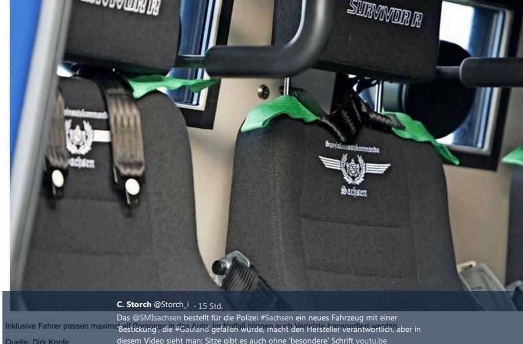 """Auf den Sitzen des """"Survivor"""" sind Stickereien in Frakturschrift, die im Dritten Reich bevorzugt benutzt wurde und heute bei Neonazis beliebt ist. Foto: Screenshot Twitter @Storch_i/Dirk Knofe"""