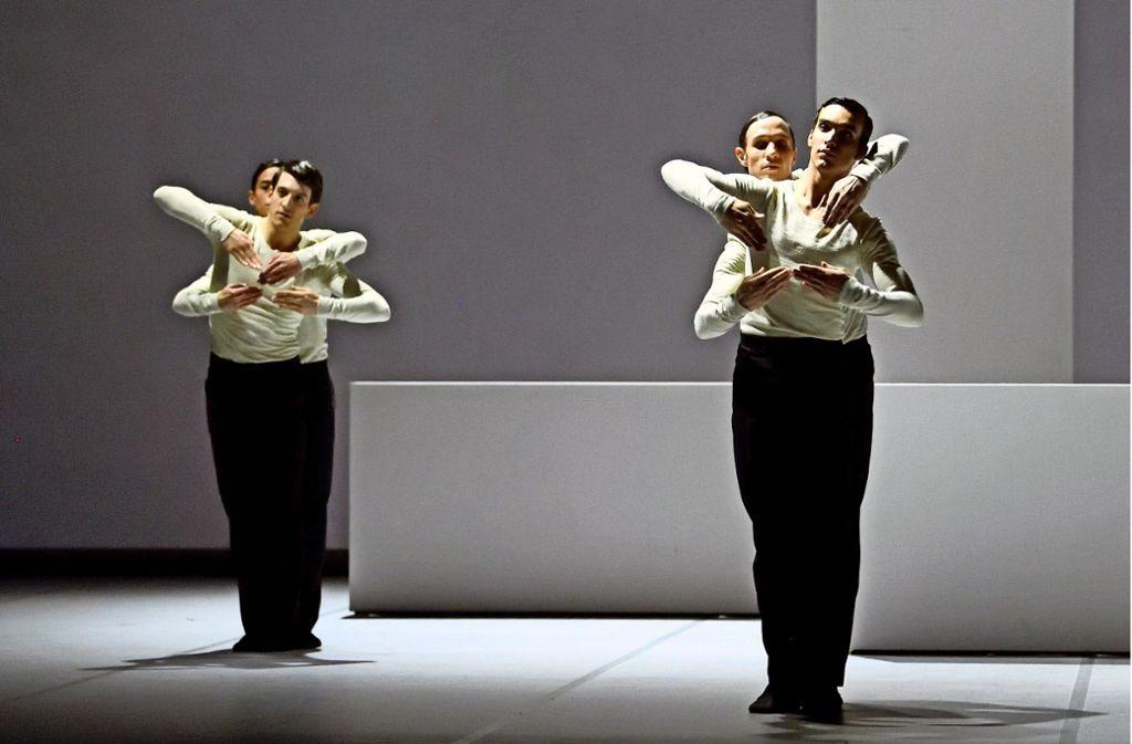 """Szene aus """"Pattern in 3/4"""", von Edward Clug im Auftrag des Stuttgarter Balletts choreografiert. Die getanzte Bauhaus-Hommage ist nun für den Theaterpreis Der Faust nominiert. Foto: Stuttgarter Ballett"""