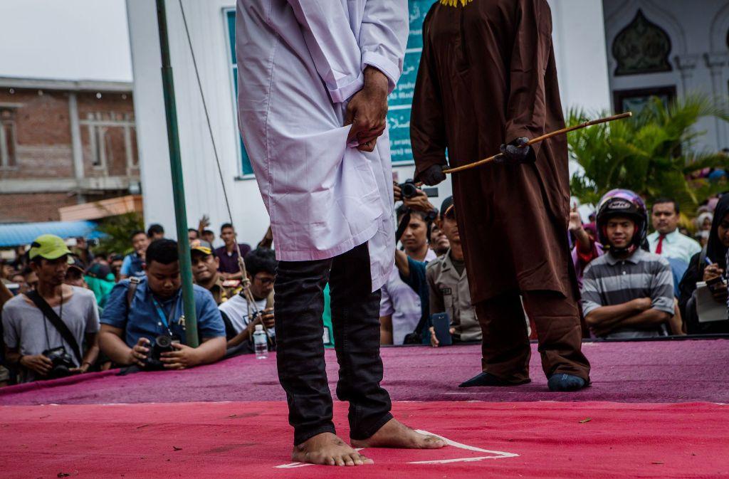 Wegen ihrer Homosexualität sind zwei Männer in Indonesien zu Stockschlägen verurteilt worden. Foto: Getty Images AsiaPac
