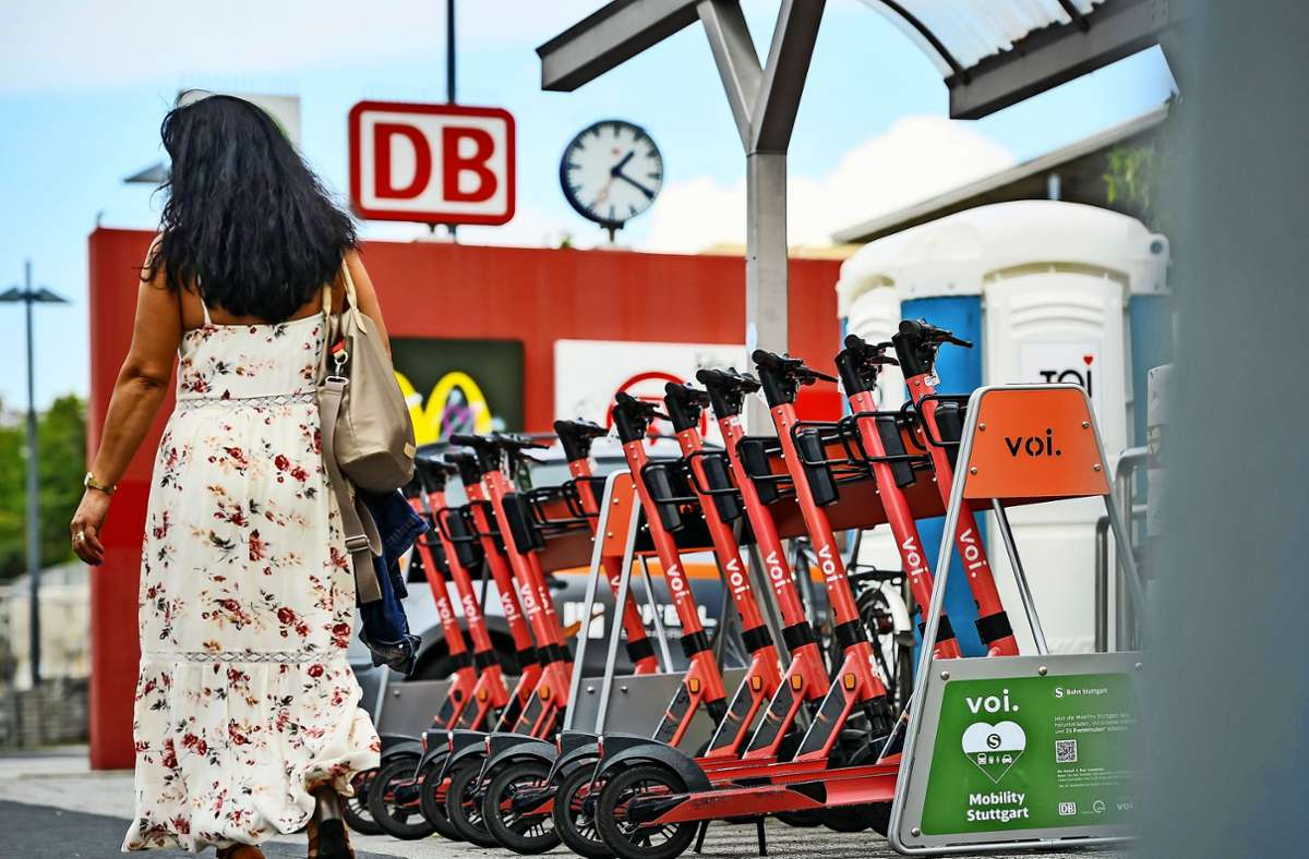 Zwölf von insgesamt 18 neuen Parkplätzen für E-Scooter auf der Rückseite des Bahnhofs Bad Cannstatt Foto: Lichtgut/Max Kovalenko