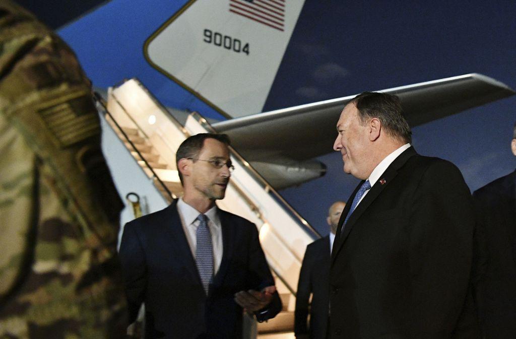 Mike Pompeo nach der Ankunft im Irak im Gespräch mit Joey Hood. Foto: AP