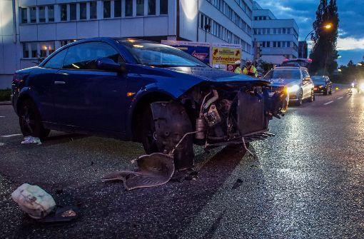 Front eines Renault reißt bei Unfall ab