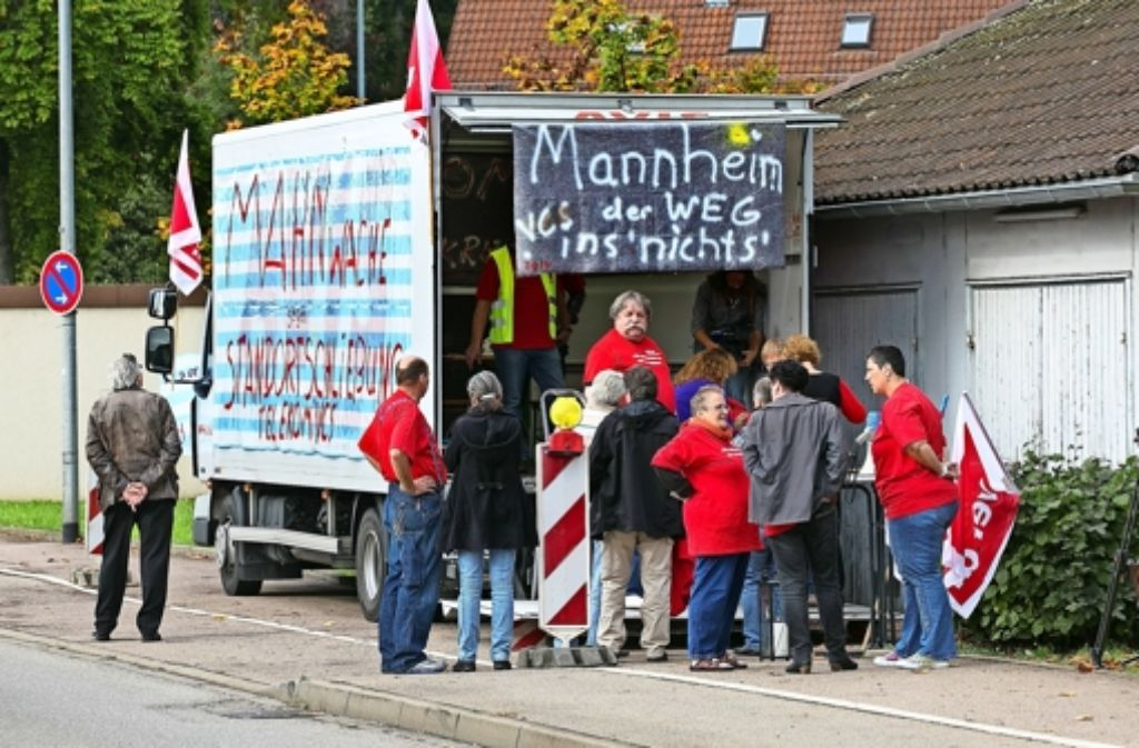 In Göppingen sollen 150 der insgesamt rund 550 Telekommitarbeiter ihren Arbeitsplatz verlieren, deshalb haben sie sich zum Protest  zu einer 24-stündigen Mahnwache im und vor dem Mahnwachenlaster getroffen. Foto: Horst Rudel