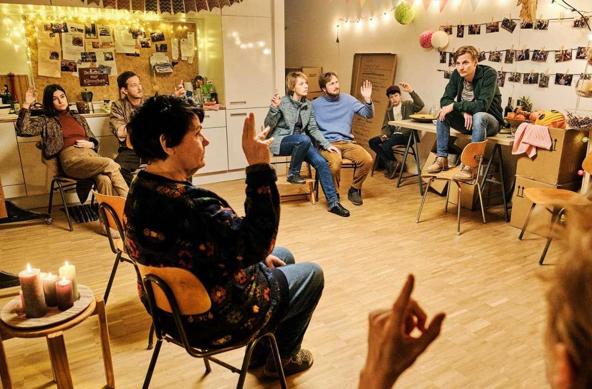 """Urschwäbischer Stuhlkreis: Szene aus """"Das ist unser Haus"""" Foto: SWR/Benoit Linder"""
