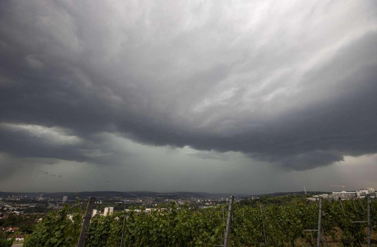 Aufziehendes Gewitter über Stuttgart. Foto: imago images/vmd-images/Simon Adomat