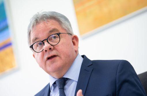 Minister fordert für  Justiz über 345 neue Stellen
