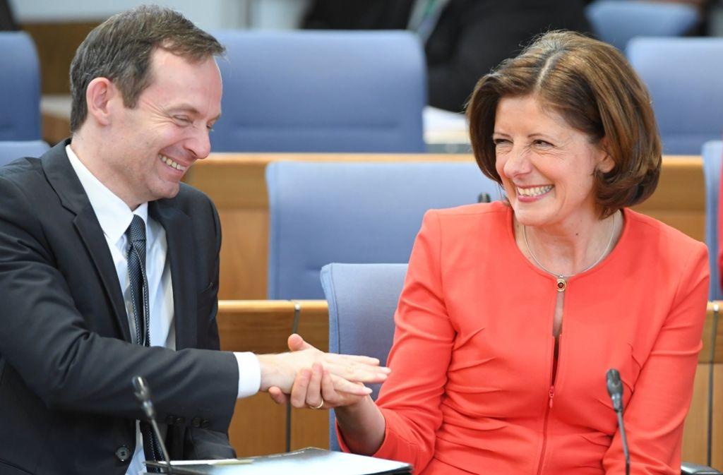 Volker Wissing und Landeschefin Malu Dreyer besiegeln ihren Koalitionspakt im Mai 2016. Foto: dpa