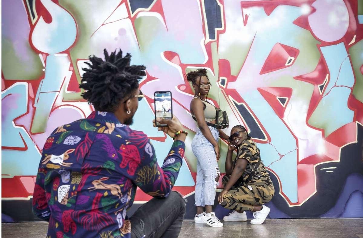 Die Graffiti-Kunst  im Stuttgarter Hauptbahnhof dient als Kulisse für unzählige Selfie-Fotos. Foto: Lichtgut/Julian Rettig