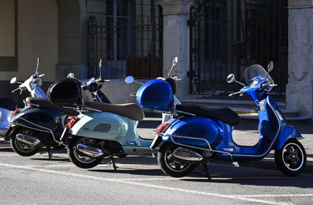 Auf Rollern war eine Gruppe Jugendlicher unterwegs, die vor der Polizei flüchtete. (Symbolbild) Foto: imago images/Pius Koller
