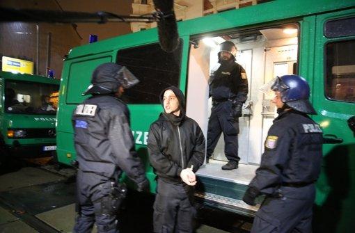 Im Stadtteil Connewitz in leipzig randalieren am Abend etwa 250 vermummte, rechtsorientierte Hooligans. Foto: dpa