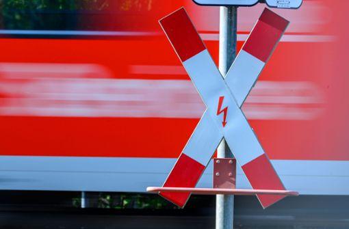 Zug stoppt  zwei Meter vor feststeckendem Linienbus
