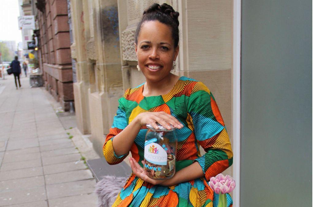 Im Café Mischmisch  am Marienplatz arbeitet Maimouna Obot gerne an ihren Ideen für die Kampagne der Storychangers. Foto: Corinna Pehar