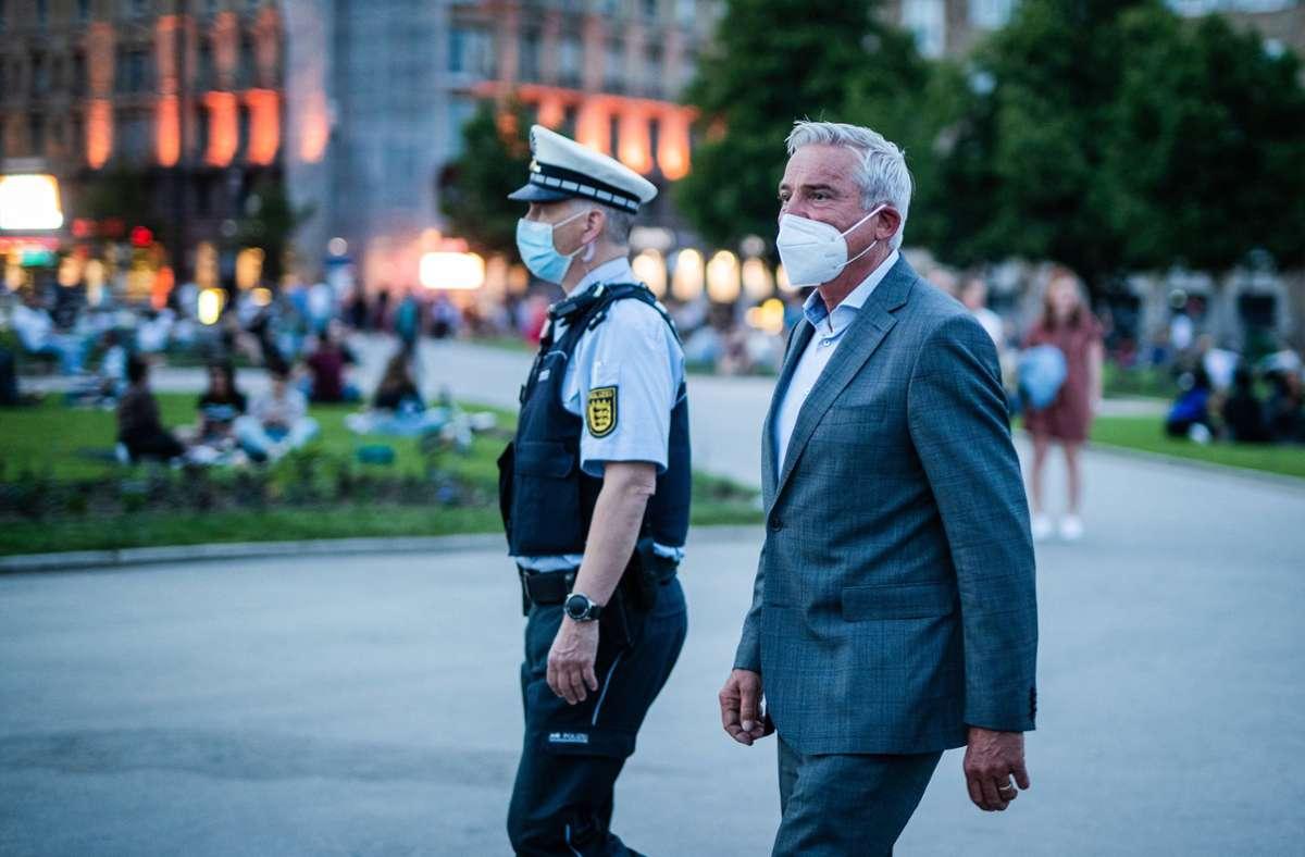 Was ist in der Stadt los? Innenminister Thomas Strobl Anfang Juni am Schlossplatz. Foto: dpa/Christoph Schmidt/Archiv
