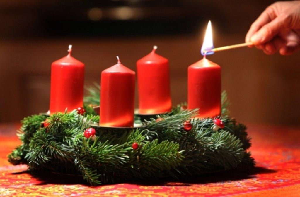 Eine vergessene Kerze auf einem Adventsgesteck ist wohl der Auslöser eines Brandes in einem Bürogebäude in Vaihingen. Bei dem Feuer entstand ein Schaden von 50.000 Euro. (Symboldbild) Foto: dpa