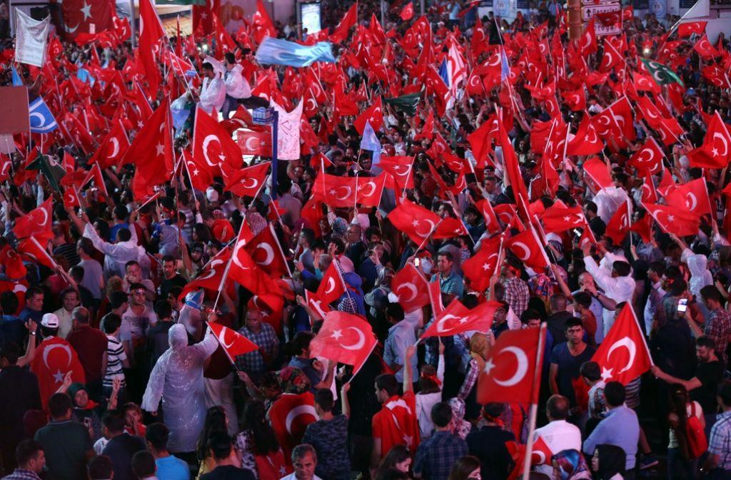 Erdogan-Unterstützer in Ankara. Der türkische Präsident hat den Ausnahmezustand verhängt. Foto: AP