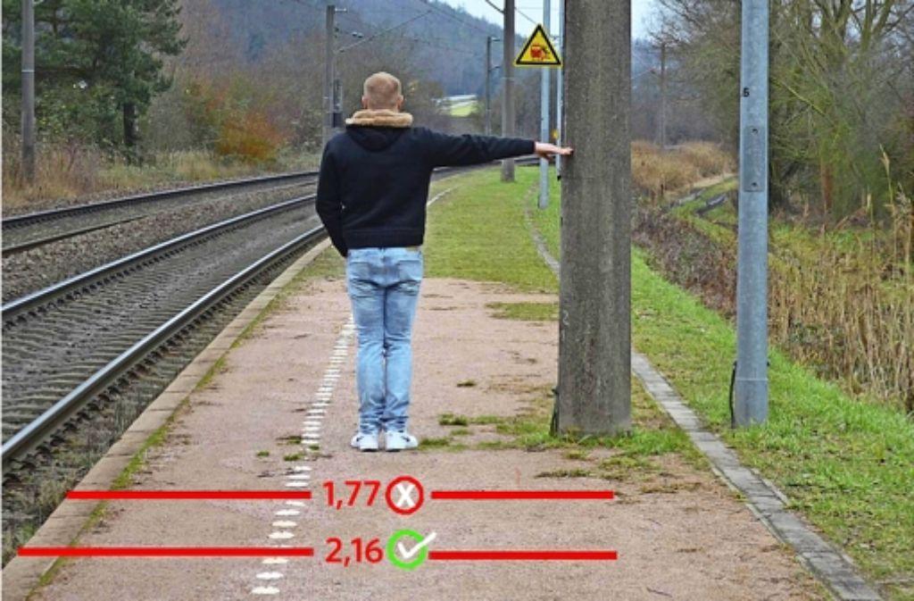 Der Abstand zwischen Bahnsteigkante und Stromleitungsmast in Hegne beträgt 2,16 Meter und nicht wie von einem Bahn-Planer behauptet nur 1,77 Meter. Foto: Kennerknecht