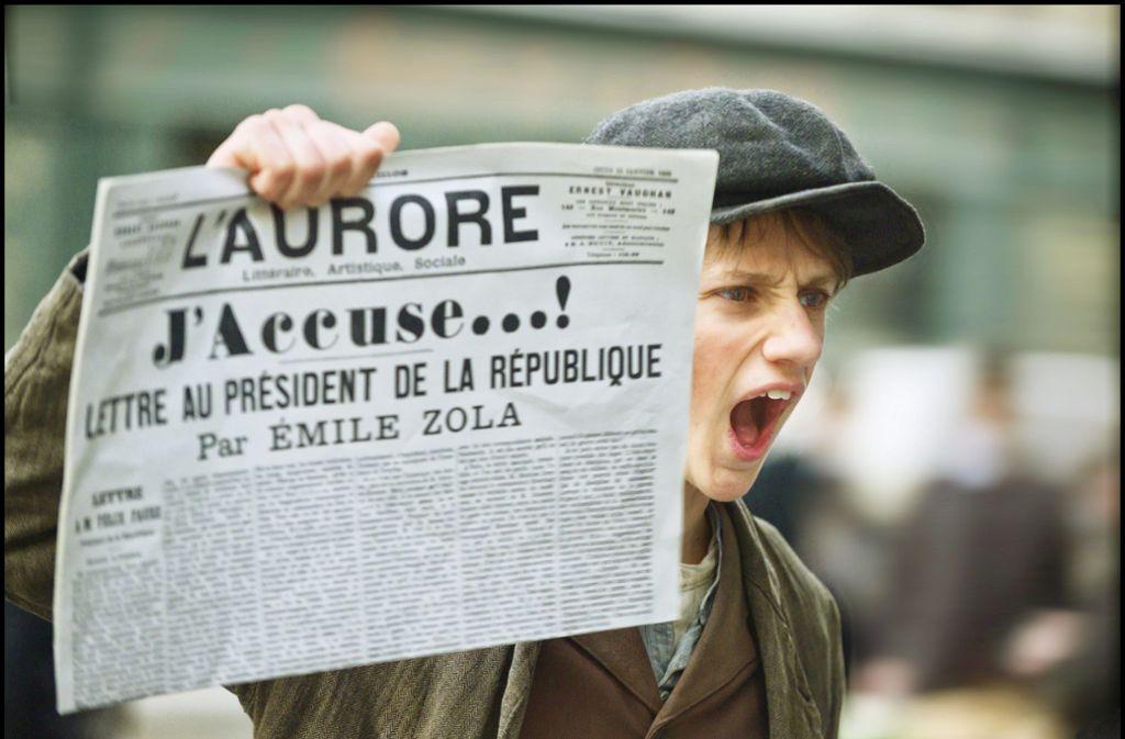 """""""J'accuse"""" – die Klageschrift von Émile Zola,  die  der Zeitungsjunge in die Höhe hält, machte die Dreyfus-Affäre weltberühmt. Foto: Verleih"""