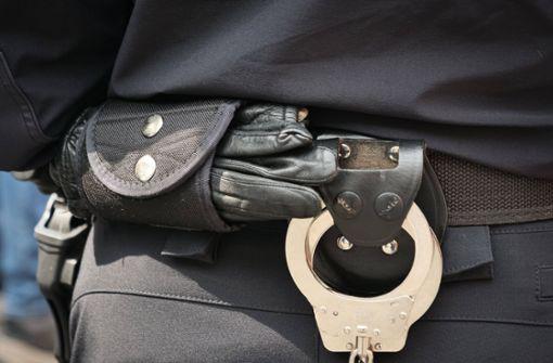 Fahrer berauscht, Beifahrer mit Haftbefehl gesucht