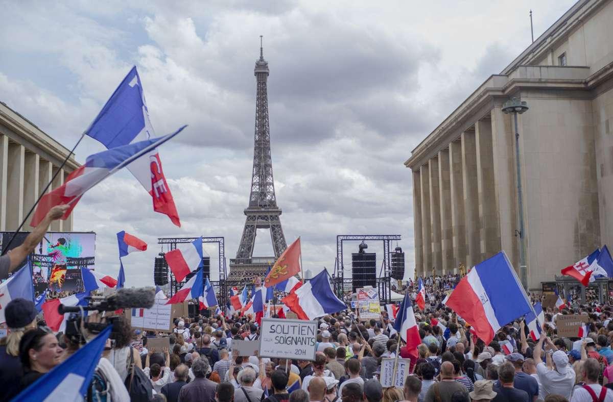 In Frankreich wird gegen die neuen Corona-Regeln protestiert. Mit dabei sind auch Vertreter der Gilets Jaunes. Foto: dpa/Rafael Yaghobzadeh
