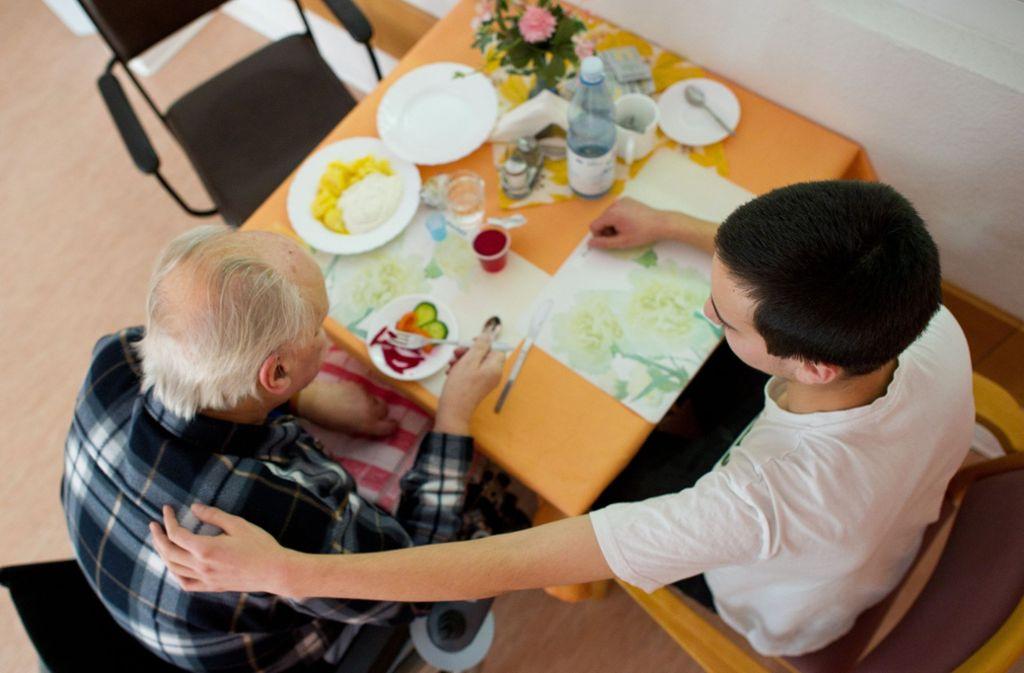 Die Sozialdienste sind auf Freiwillige angewiesen. Foto: dpa