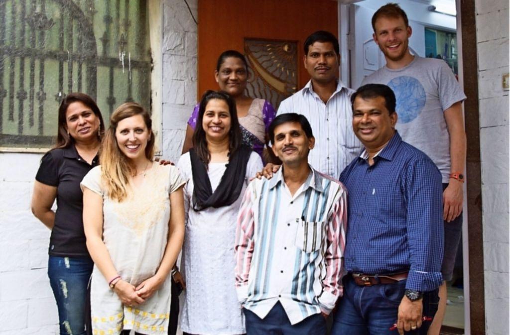 Nathalie (2. v.l.) und ihr Mann Simon (oben rechts) besuchen mehrmals im Jahr die Nähwerkstatt bei Mumbai in Indien. Foto: privat