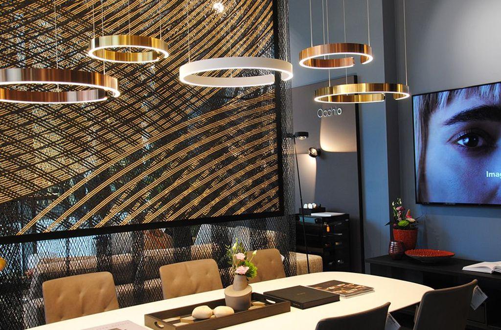 Der neu eröffnete architare Store im Dorotheen Quartier: Die Leuchten von Occhio gehen mit Möbeln von Walter Knoll die perfekte Symbiose ein. Die Highend-Marken verbinden überragende Qualität mit zeitlosem Design. Foto: Emil Benz
