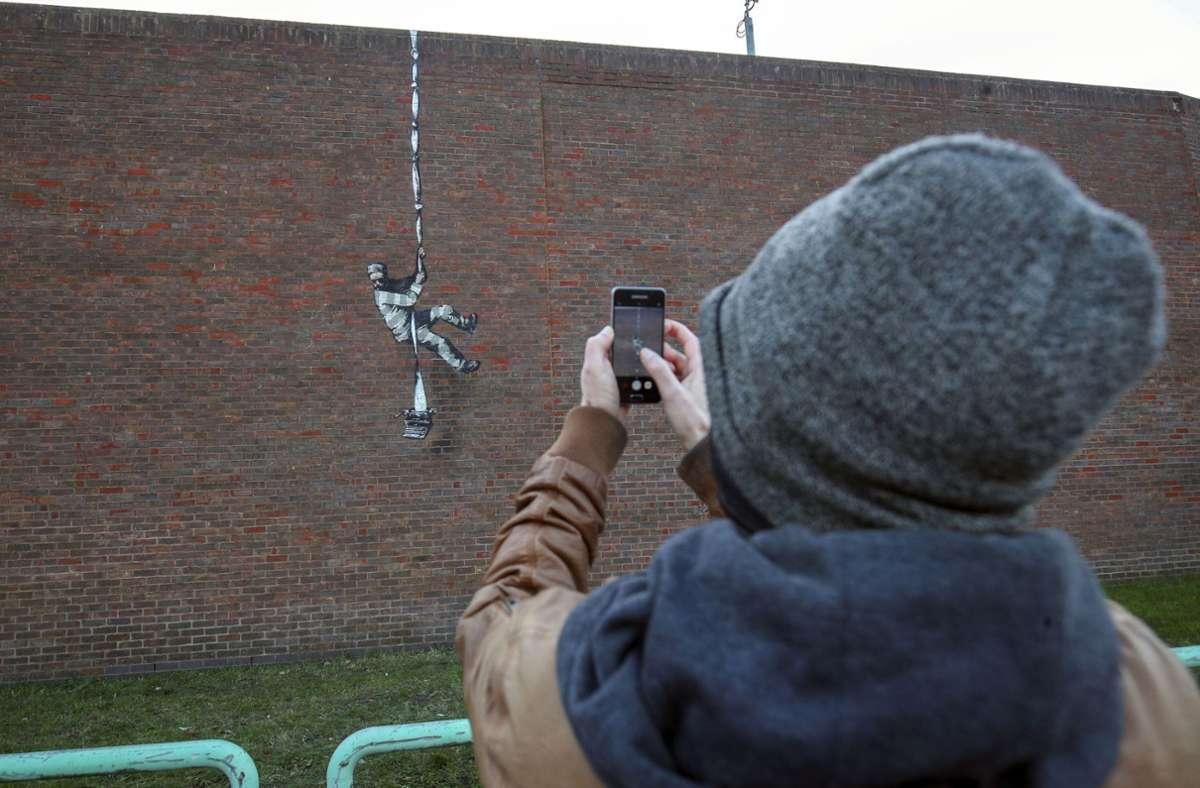 Viele Menschen versammelten sich vor dem neuen Kunstwerk in Reading. Foto: dpa/Steve Parsons