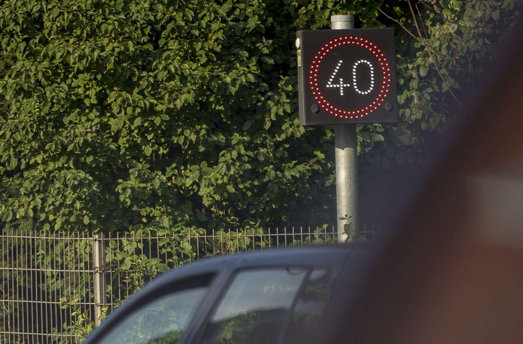 Am Schadstoff-Brennpunkt Neckartor in Stuttgart und auf einigen Strecken  bergauf gilt schon länger Tempo 40. Das soll nun stark ausgedehnt werden. Foto: Lichtgut/Leif-Hendrik Piechowski