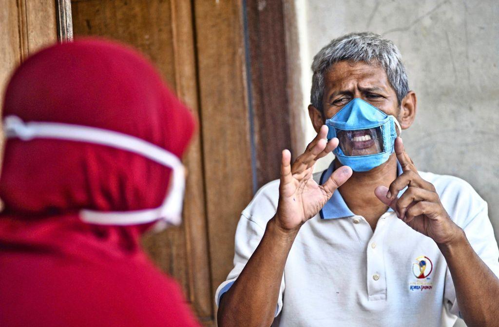 Es gibt Masken, die den Blick auf die Lippen des Gesprächspartners erlauben. Der Stuttgarter Gehörlosen-Verein hat kürzlich 150 davon bestellt. Foto: afp/Agung Supriyanto