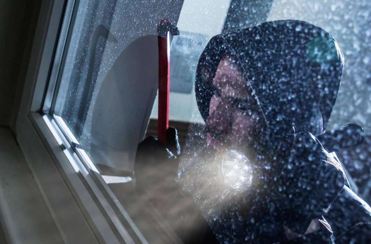 Der Einbrecher versuchte sich zunächst an einem Kellerfenster (Symbolbild). Foto: imago images/Panthermedia/AndreyPopov
