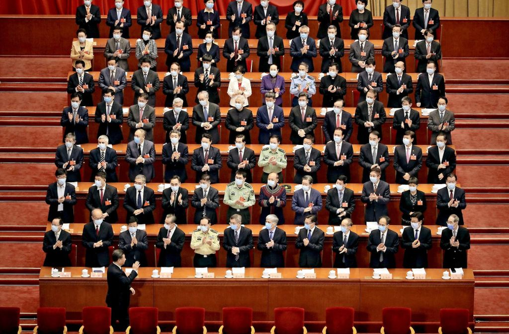 Der chinesische Präsident Xi Jinping, unten, gestikuliert bei seiner Ankunft  zur Eröffnungssitzung des Volkskongresses in der Großen Halle des Volkes. Der Nationale Volkskongress gilt als größtes Parlament der Welt. Foto: dpa/Andy Wong