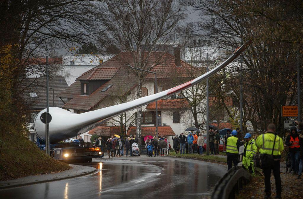 Die Transporte der Rotorblätter per Selbstfahrer durch Schorndorf haben im November 2017 viele Schaulustige angezogen. Foto: