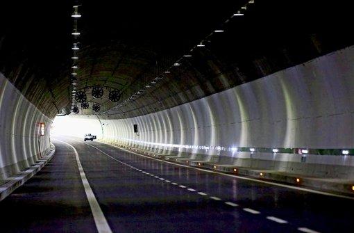 Eine Autobahn durchbohrt den Apennin