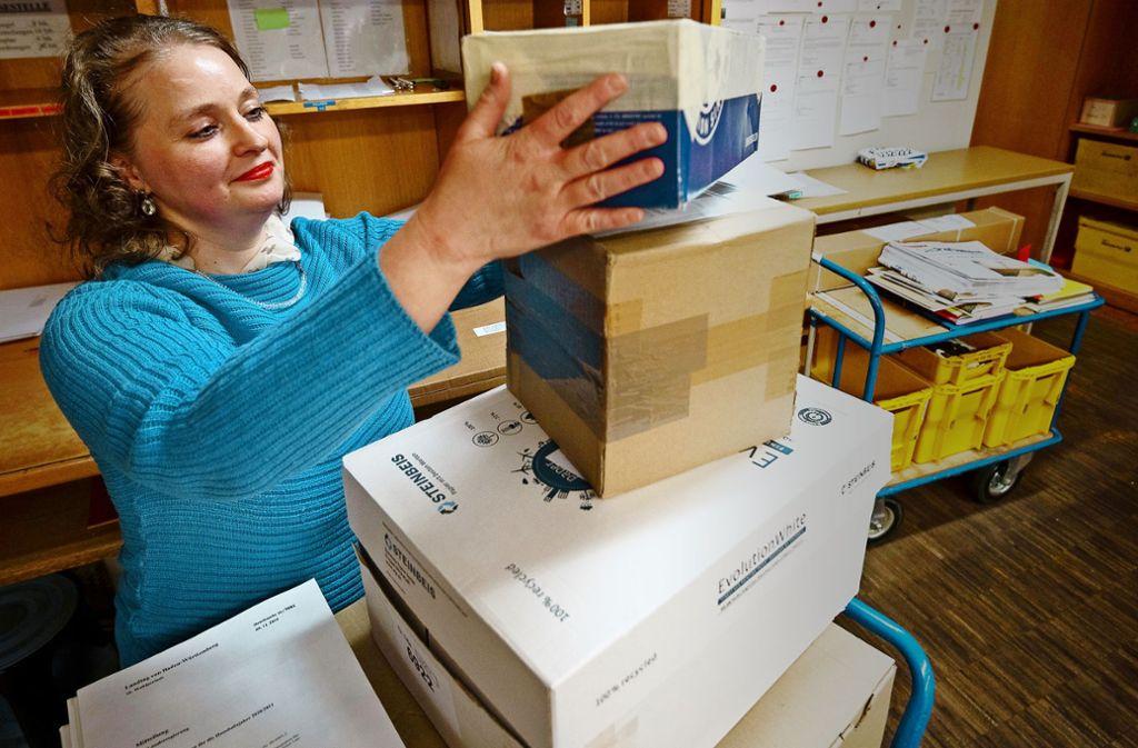 Stephanie Abel, Mitarbeiterin der Poststelle im Landtag, stapelt Pakete, Briefe und Schriftsachen zur Auslieferung auf einen Transportwagen. Foto: Lichtgut/Leif Piechowski