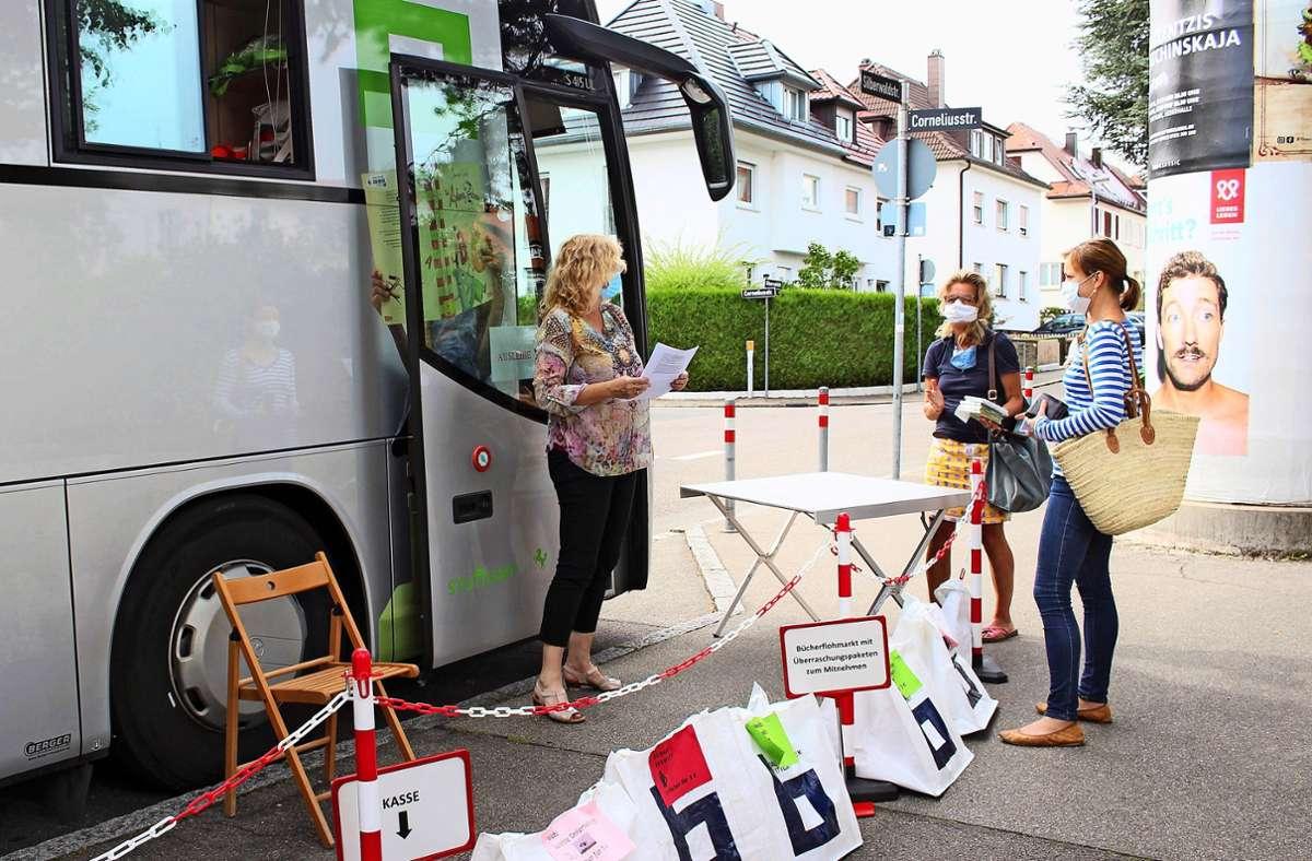 Bücherausleihe in Corona-Zeiten: In den Bus darf aktuell niemand. Foto: Caroline Holowiecki