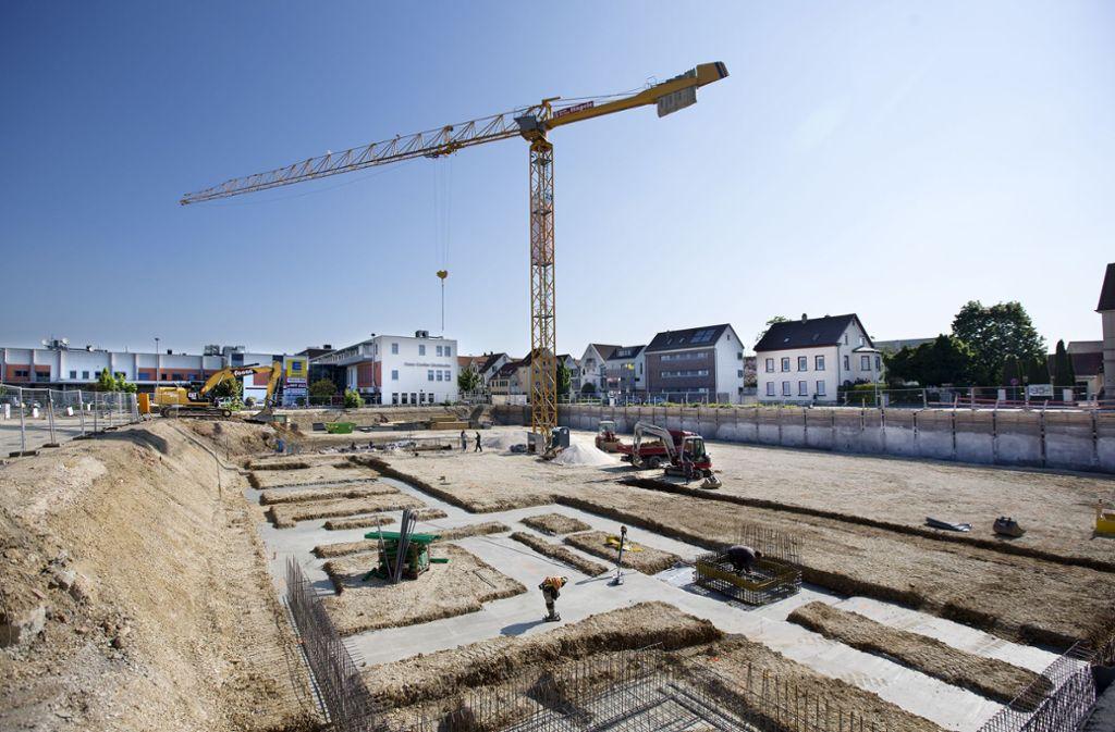 Baukräne wie die am  Steingauquartier prägen derzeit das Stadtbild in Kirchheim. Durch die vielen neuen Wohngebiete verändert die Stadt ihr Gesicht. Foto: