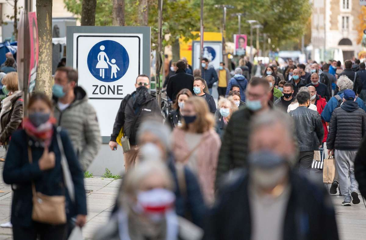 Die Maskenpflicht soll helfen, die Ausbreitung des Virus einzudämmen. Foto: dpa//Sebastian Gollnow