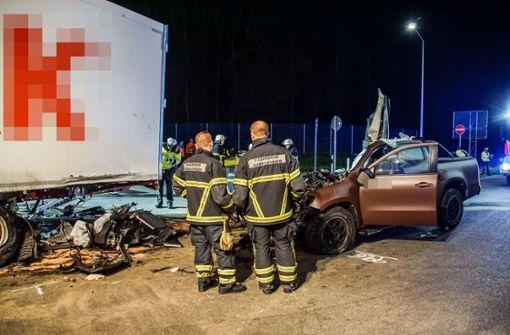 Auto kracht auf Parkplatz in Sattelzug – Beifahrer stirbt