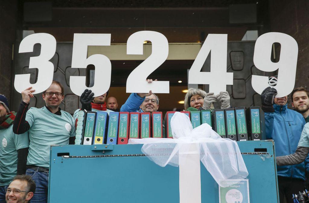 35 249 Unterschriften hatte die Initiative für einen Radentscheid gesammelt. Foto: Lichtgut/Leif Piechowski
