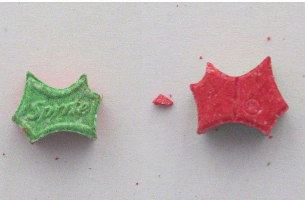 """Bei den Tabletten handelt es sich um Pillen im szenetypischen """"Sprite""""-Design. Foto: glomex"""